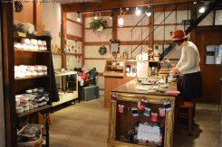 ボタンやリボンなど珍しい手芸パーツが陳列販売されている。店内の商品でアクセサリーや滋賀県産リネンで洋服をオーダーでき、ワークショップを開催している