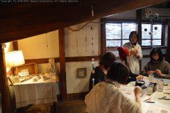 築150年の古民家「尾賀商店」の太い梁と白壁が作品とコラボしている