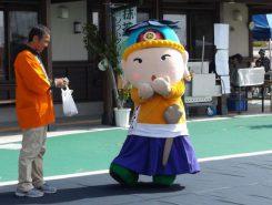 """愛知川イメージキャラクター""""あしょうさん""""瓶細工てまりの兜をかぶり、山芋の刀を腰にさす"""