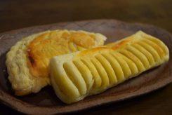 信楽スィーツ「窯焼きパイ」はいつも人気。アップルパイ(奥)とさつまいもパイ(手前)