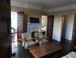 2階中央の居間、五つもドアがあり、各部屋に通じている