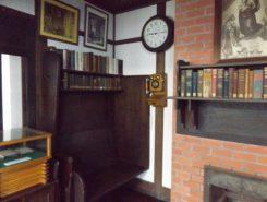 暖炉の側にある造り付けのベンチ。当時の写真を見るとヴォーリズはここに座り読書をしている