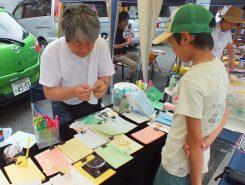 男子は、クラフト教室。クワガタやカマキリなど立体的に作る