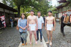 「多賀の里」加藤史也さんとご両親、西方「寿命ケ石」金田貴浩さん