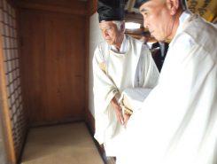 拝殿へ運ぶのは宮守2人のお役目