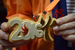 奉納記念の信楽焼の陶製メダル。毎年デザインが変わる