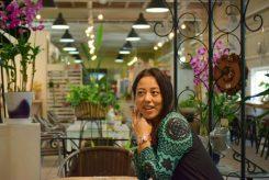 信楽焼のショールーム+ギャラリー+雑貨屋+カフェのおしゃれな店内は、ゆっくりと過ごせる