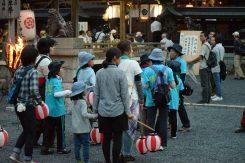 夕暮れ、奉納者が手作りの松明を手に、神社へと集まる