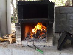薪をくべたばかりの煉瓦造りの石釜オーブン