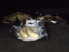 釜の中に入れたばかりのバナナとピザ