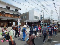 この後参加者らは、休憩ポイントでのお楽しみイベントに立ち寄りながら土山宿を目指した