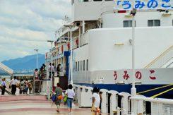 大津港に停泊中の「うみのこ」に乗船し、4階建ての船内を見学