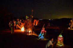 会場内、大勢の家族連れのシルエットが灯りに映し出されていた