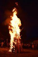 元火採火式が執り行われ、小さな火が大きな炎となる。ここから松明に火を移す