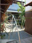 中庭には、庭師だいすけさんの竹を使った現代アート