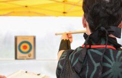 外の会場では手裏剣投げと吹き矢のテストが行われた