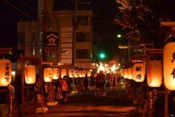 新宮神社から、まっすぐ伸びる道