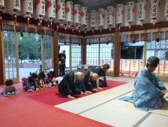 続いて子どもたちは笹飾りに吊るした願いが届くよう祈願に参加