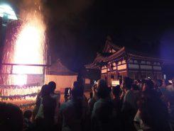 見物客らは舞いあがる火花、煙火の匂い、轟音を間近で感じ、手筒花火の迫力を楽しんでいた
