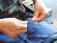 割いたものを縒りながらつないでいく この作業を「糸を績む」という