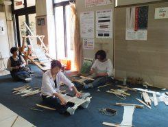 安土城考古博物館で開かれたワークショップ「糸績(う)み体験・機織り体験」