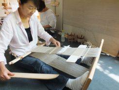 弥生時代の人はこんな感じで機織りをしていたそう 板を組み合わせただけの単純なものだが合理的にできている