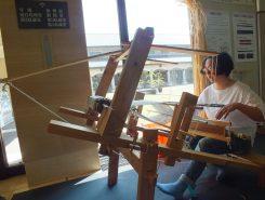 時代とともに織り機も進化していく これは「地機(じばた)」と呼ばれ、腰にまわした帯で布を固定し、足にかけた綱を引くことで糸を上げ下げする