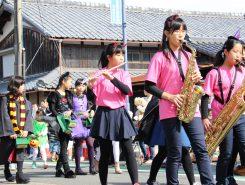 安曇川中学校の吹奏楽部を先頭に仮装パレードが行われた