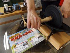薬研(やげん)でコーヒー豆を挽く