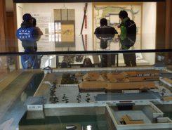 水口城の復元模型や地図を観覧する