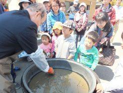 市長は、西畠氏セレクトの黄色い花を咲かせる「鶯鶯(ようよう)」という品種を植え付けた