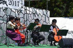 バイオリニストの大堀裟矢子さんらによる演奏。重厚な音色が会場を包む