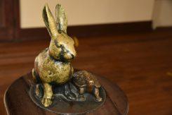 「ウサギとカメ」の童話に基づき、コツコツと頑張る象徴として設置された像は、学校のシンボルとなっている