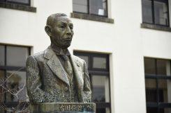 豊郷小学校を寄贈した古川鉄治郎氏の像。当時、丸紅の専務で豊郷町の出身