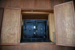 講堂の正面部分に残る重厚な奉安庫。天皇陛下の写真や勅語などが収められていた
