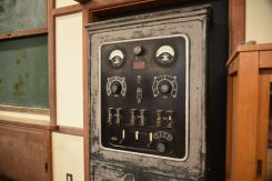 直流・交流の電源供給に加え、電圧・電流も調整できる実験用電源装置