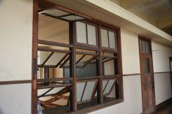 教室の窓は下二段が内側に開く。安全面と通気性を備えた造り