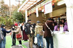 「厄落とし」の福豆を買い求める人たち