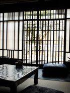 目の前に八幡神社の樹齢400年の立派な藤棚