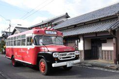 レトロなボンネットバスが、日野の街並みに似合う
