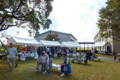 学園祭も同時開催。模擬店も並び、多くの人で賑わっていた