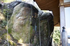 最澄が童子より妙法の告示を受けた場所とされる「丈余の岩」