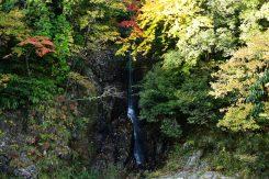 細く落ちる滝