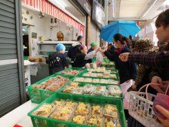 きっちんふなやには100円のお惣菜がたくさん並ぶ