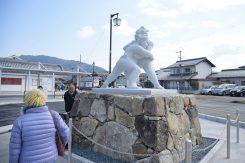 南広場の力士の石像
