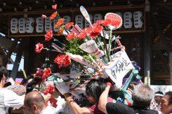 花を奪い合う花傘神事