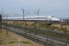 側を走る新幹線
