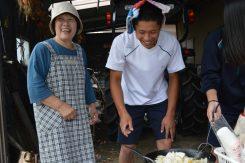 地元高校生に料理指導する奥様の裕美さん